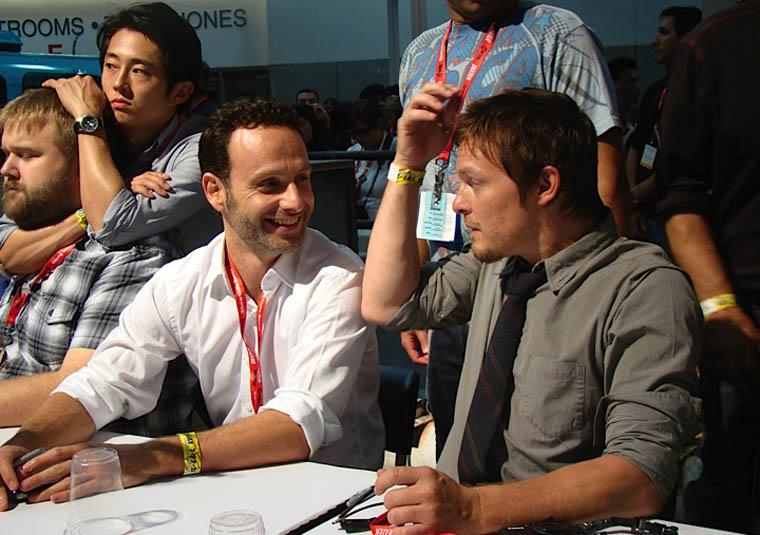 Steven Yeun (Glenn), Robert Kirkman (Çizgi Roman Yaratıcısı), Andrew Lincoln (Rick Grimes) ve Norman Reedus (Daryl Dixon) İmza Oturumunda