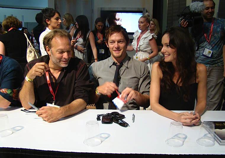 Greg Nicotero (Special FX Makeup), Norman Reedus (Daryl Dixon) ve Sarah Wayne Callies (Lori Grimes) İmza Oturumunda