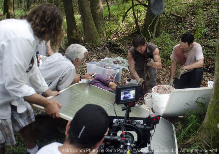 Daryl ve Rick bağırsak temizlerken