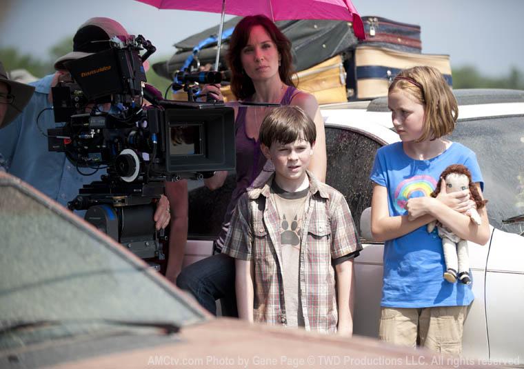 Sarah Wayne Callies (Lori Grimes), Chandler Riggs (Carl Grimes) ve Madison Lintz (Merhum Sophia)