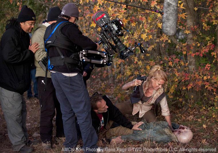 Andrea zombinin ağzını burnunu dağıtıyor