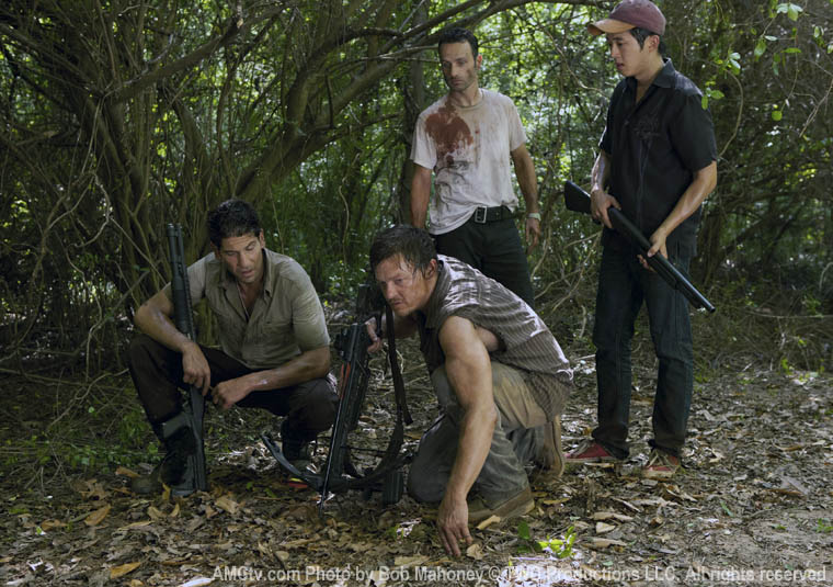 Shane Walsh (Jon Bernthal), Rick Grimes (Andrew Lincoln), Daryl Dixon (Norman Reedus) ve Glenn (Steven Yeun)