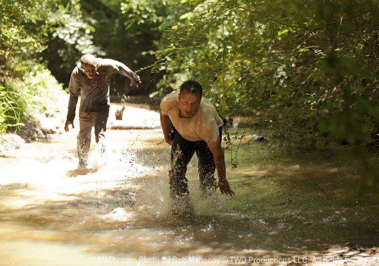 Rick Grimes (Andrew Lincoln) ve Zombi