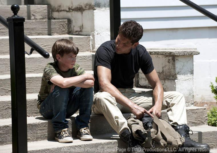 Carl Grimes (Chandler Riggs) ve Shane Walsh (Jon Bernthal)