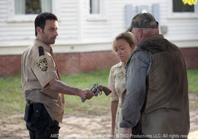 Rick Grimes (Andrew Lincoln), Patricia (Jane McNeill) ve Otis (Pruitt Taylor Vince)