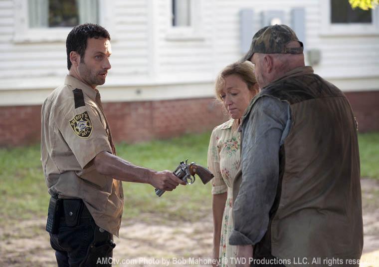 Rick Grimes (Andrew Lincoln), Patricia (Jane McNeill) ve Otis (Pruitt Taylor Vince)