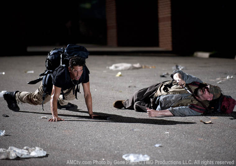 Shane Walsh (Jon Bernthal) ve Otis (Pruitt Taylor Vince)