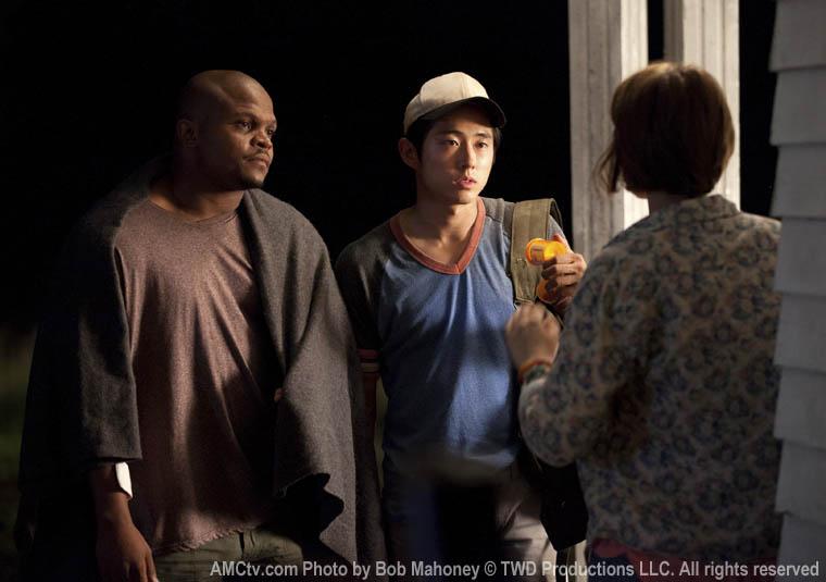 T-Dog (IronE Singleton), Glenn (Steven Yeun) ve Maggie Greene (Lauren Cohan)