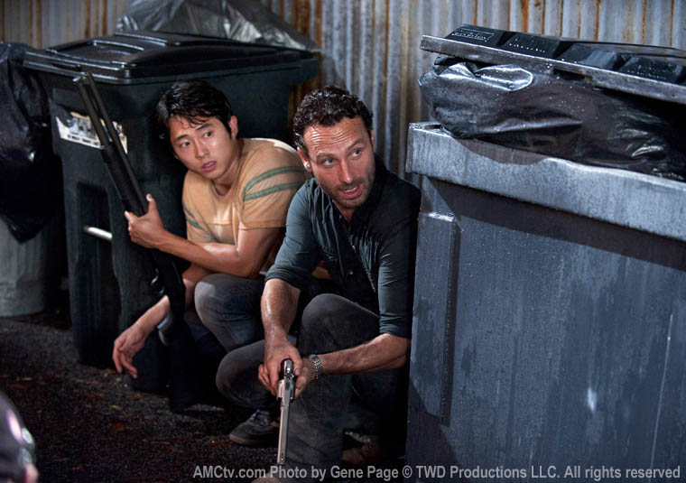 Glenn (Steven Yeun) ve Rick Grimes (Andrew Lincoln)